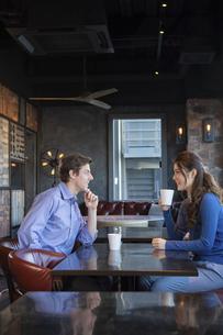 カフェで談笑するカップルの写真素材 [FYI04317142]