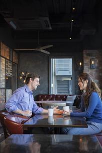 カフェで談笑するカップルの写真素材 [FYI04317143]