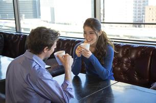 カフェで談笑するカップルの写真素材 [FYI04317144]