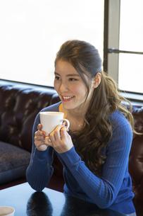 カフェでコーヒーを飲む女性の写真素材 [FYI04317145]