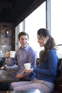 カフェで談笑するカップルの写真素材 [FYI04317148]