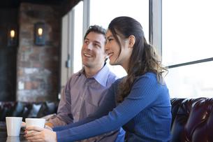 カフェで談笑するカップルの写真素材 [FYI04317150]