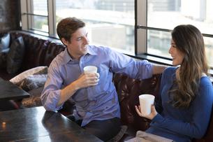 カフェで談笑するカップルの写真素材 [FYI04317154]