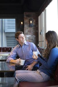 カフェで談笑するカップルの写真素材 [FYI04317157]