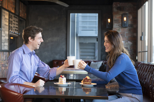 カフェで談笑するカップルの写真素材 [FYI04317158]