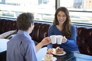 カフェで談笑するカップルの写真素材 [FYI04317160]