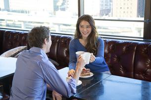 カフェで談笑するカップルの写真素材 [FYI04317161]