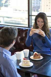 カフェで談笑するカップルの写真素材 [FYI04317163]