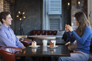カフェで談笑するカップルの写真素材 [FYI04317164]