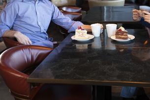 カフェで談笑するカップルの写真素材 [FYI04317166]