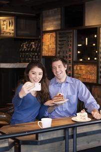 セルフィーで撮影するカップルの写真素材 [FYI04317172]