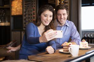 セルフィーで撮影するカップルの写真素材 [FYI04317173]