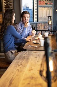 食べさせ合いするカップルの写真素材 [FYI04317179]