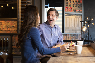 カフェでケーキを食べるカップルの写真素材 [FYI04317180]