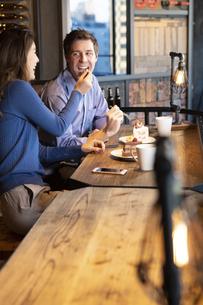 食べさせ合いするカップルの写真素材 [FYI04317181]