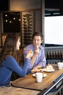カフェでケーキを食べるカップルの写真素材 [FYI04317183]