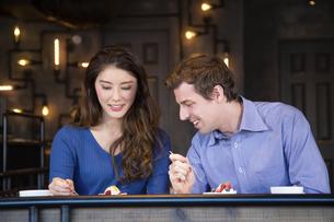 カフェでケーキを食べるカップルの写真素材 [FYI04317184]
