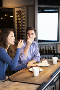 カフェでケーキを食べるカップルの写真素材 [FYI04317185]