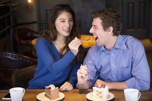 食べさせ合いするカップルの写真素材 [FYI04317187]