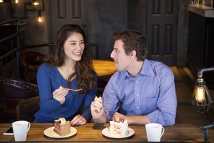 食べさせ合いするカップルの写真素材 [FYI04317188]