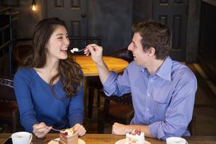 食べさせ合いするカップルの写真素材 [FYI04317189]