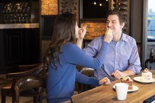 食べさせ合いするカップルの写真素材 [FYI04317191]