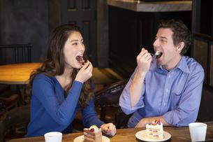 カフェでケーキを食べるカップルの写真素材 [FYI04317192]