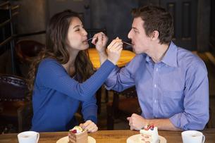 食べさせ合いするカップルの写真素材 [FYI04317200]