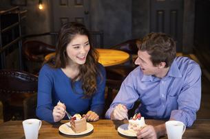 カフェでケーキを食べるカップルの写真素材 [FYI04317201]