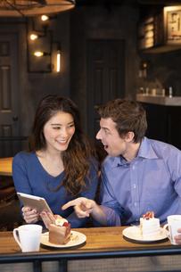 タブレットを見るカップルの写真素材 [FYI04317204]