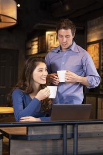 PCを見るカップルの写真素材 [FYI04317220]