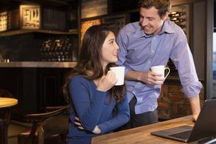 PCを見るカップルの写真素材 [FYI04317224]