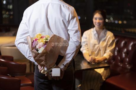 花束と指輪を隠して持つ男性の写真素材 [FYI04317243]