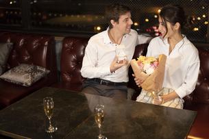 花束を持つ女性と指輪を差し出す男性の写真素材 [FYI04317245]