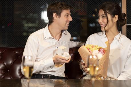花束を持つ女性と指輪を差し出す男性の写真素材 [FYI04317246]