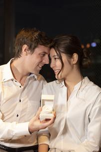 婚約指輪を持って見つめ合うカップルの写真素材 [FYI04317248]