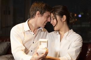 婚約指輪を持って見つめ合うカップルの写真素材 [FYI04317250]