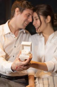 婚約指輪を持って見つめ合うカップルの写真素材 [FYI04317252]