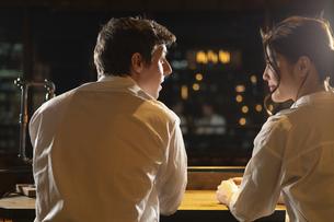 バーで会話をするカップルの写真素材 [FYI04317253]