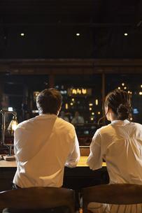 バーで会話をするカップルの写真素材 [FYI04317254]