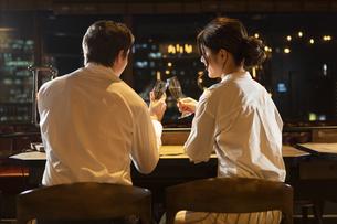 乾杯するカップルの写真素材 [FYI04317255]