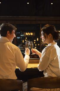 乾杯するカップルの写真素材 [FYI04317257]