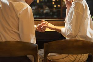指輪をプレゼントする男性の写真素材 [FYI04317259]