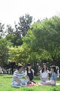 ピクニックをする家族の写真素材 [FYI04317260]