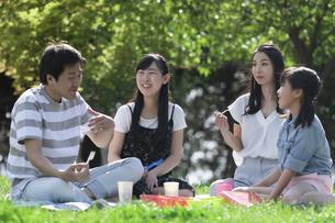 ピクニックをする家族の写真素材 [FYI04317266]