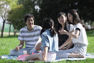 ピクニックをする家族の写真素材 [FYI04317273]