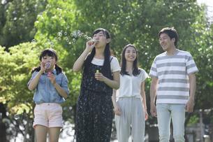 シャボン玉で遊ぶ家族の写真素材 [FYI04317274]