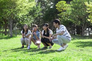 シャボン玉で遊ぶ家族の写真素材 [FYI04317291]