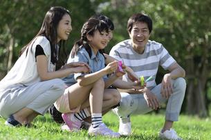 シャボン玉で遊ぶ家族の写真素材 [FYI04317293]