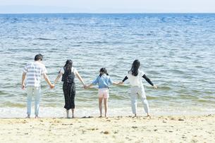 手を繋いで立つ家族の写真素材 [FYI04317300]
